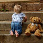 Kleinkind auf Treppe